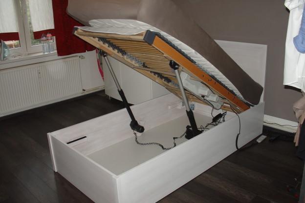 Bett mit Hubmotoren